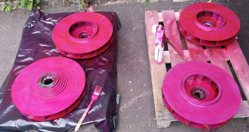 Kevytmetalli valmisteiset puhallin osat käytön jäljiltä. Tunkeumaväritarkastuksella haetaan mahdollisia säröjä.